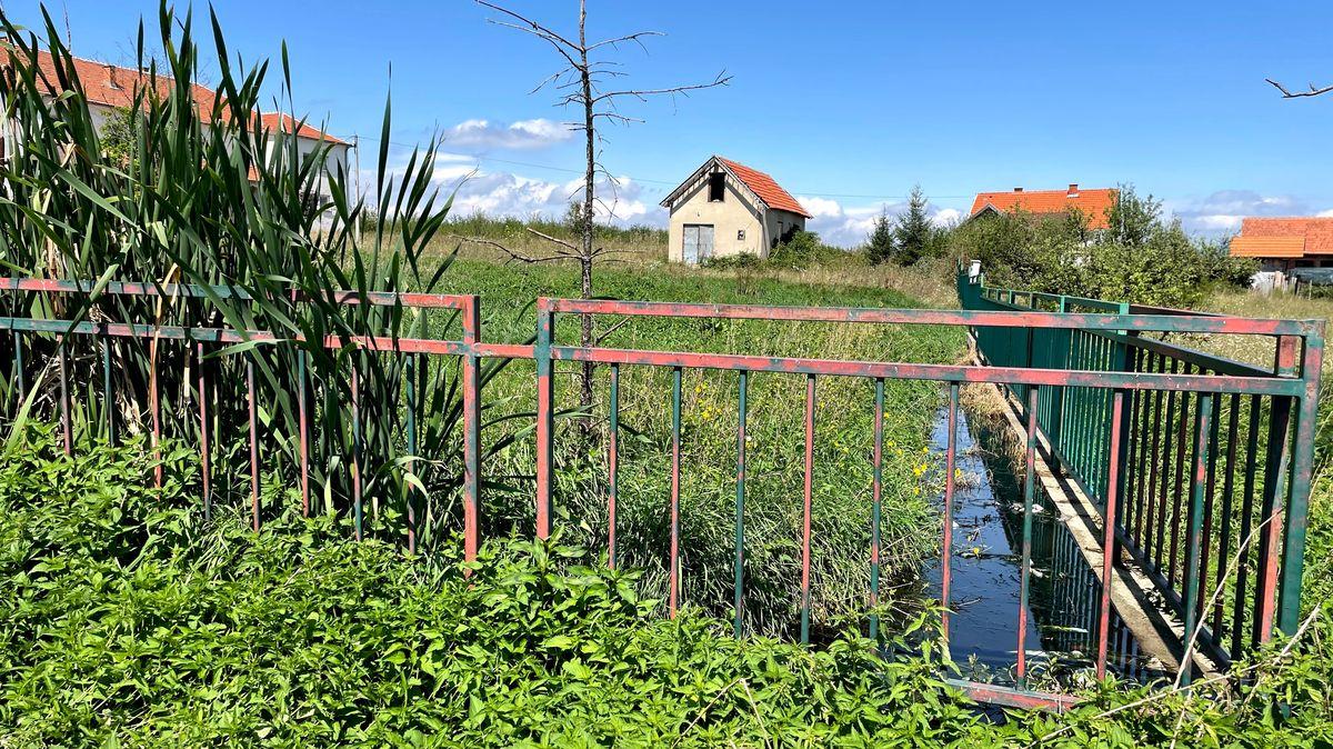 Fäkalien fließen über das Gelände des serbischen Heims Trbunje.
