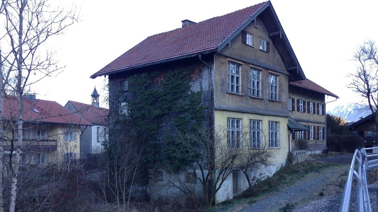 Das alte sanierungsbedürftige Schulhaus in Bühl