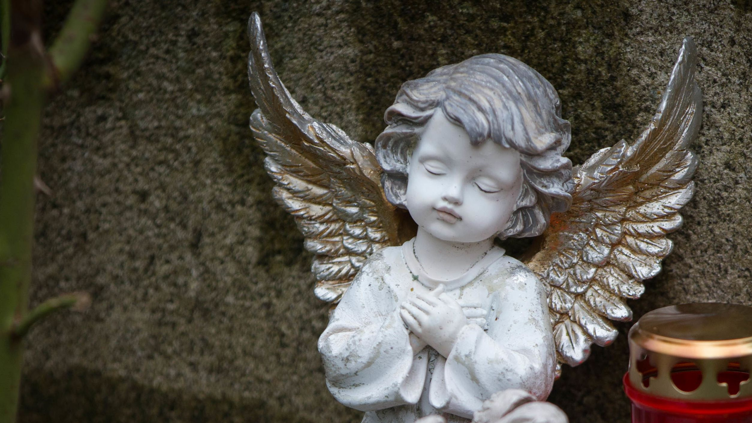 Engel auf einem Grabstein