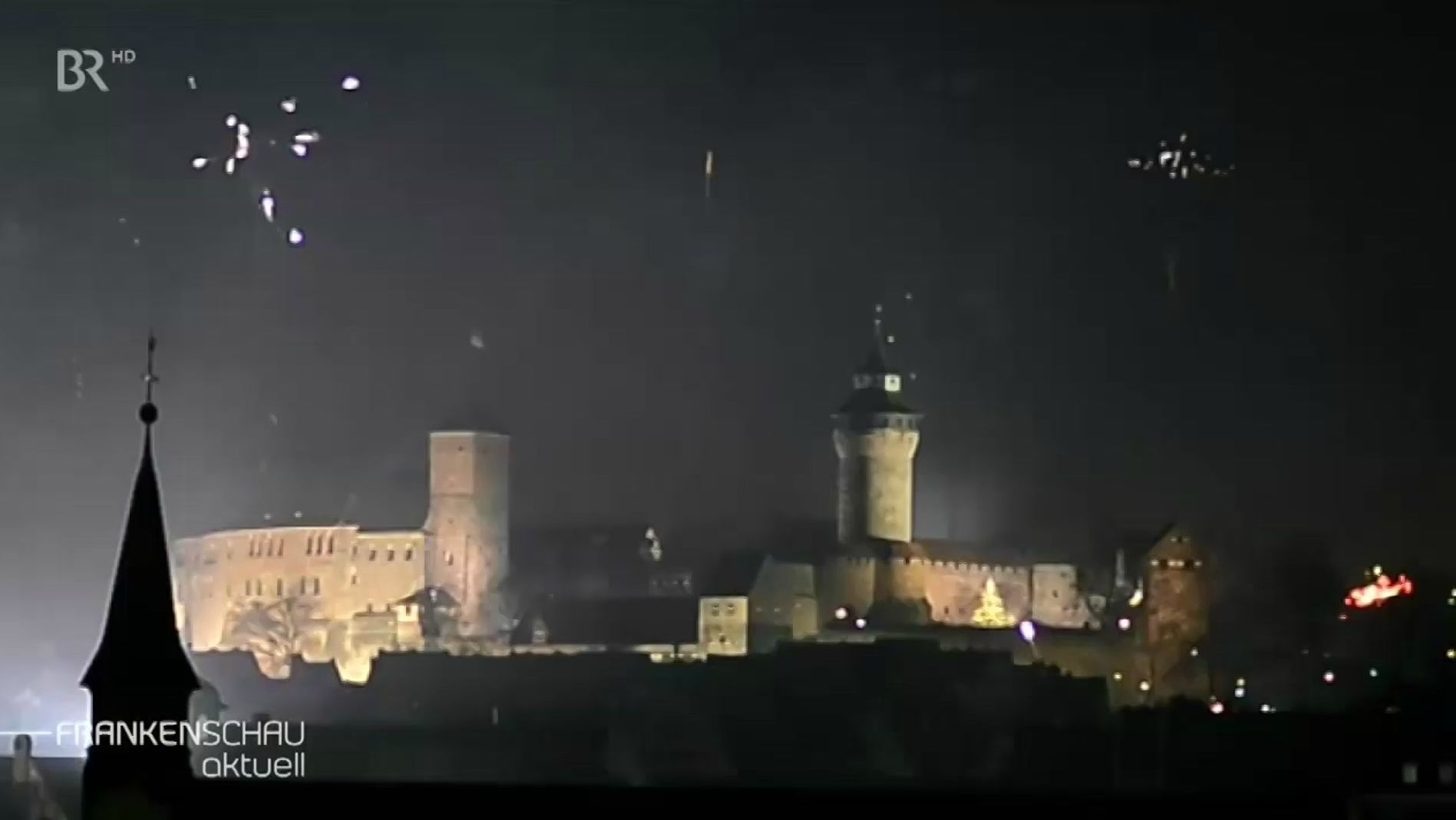Ein Feuerwerk vor historischer Kulisse.