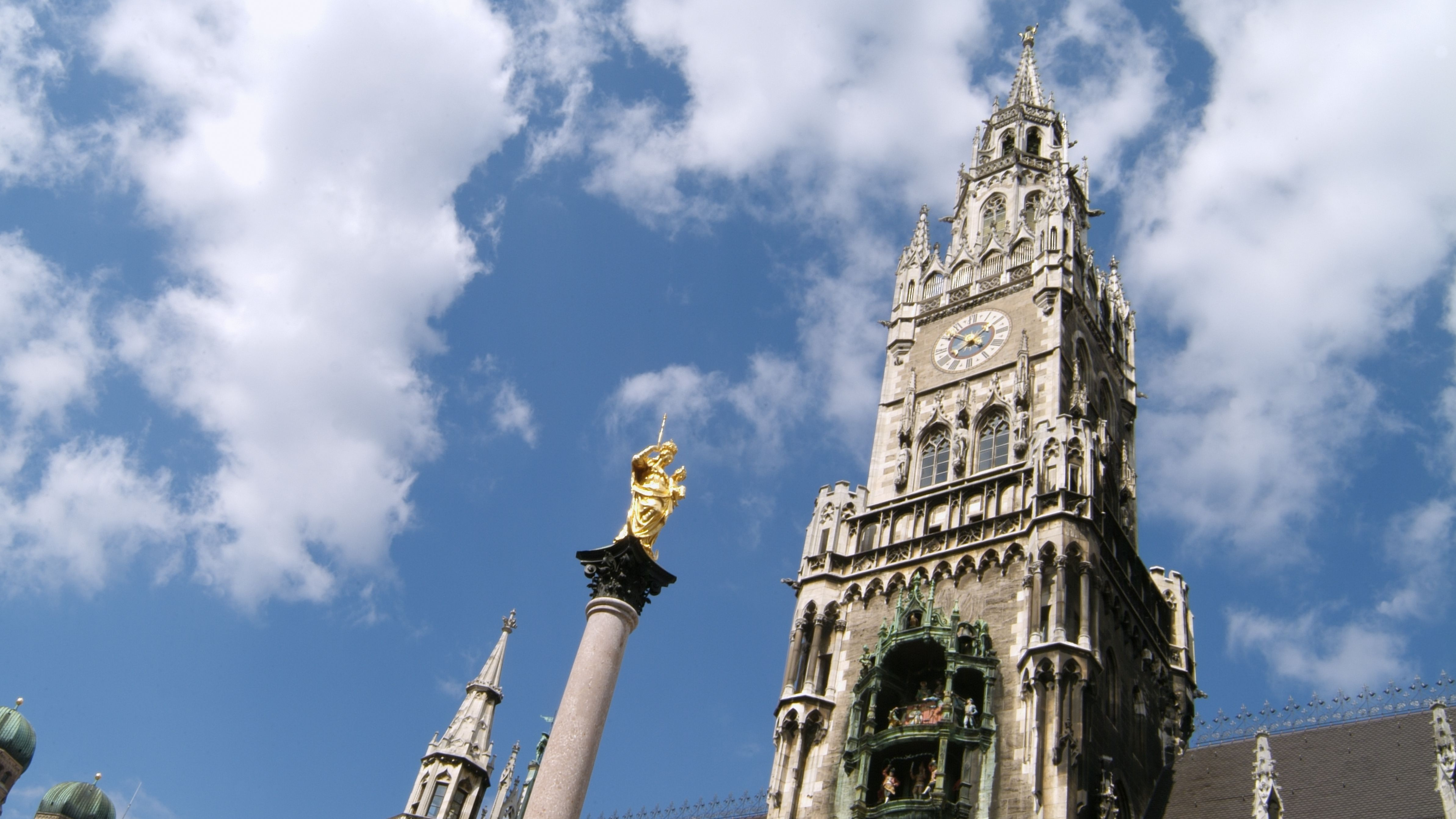 Das Rathaus in München mit Mariensäule, im Hintergrund die Türme der Frauenkirche
