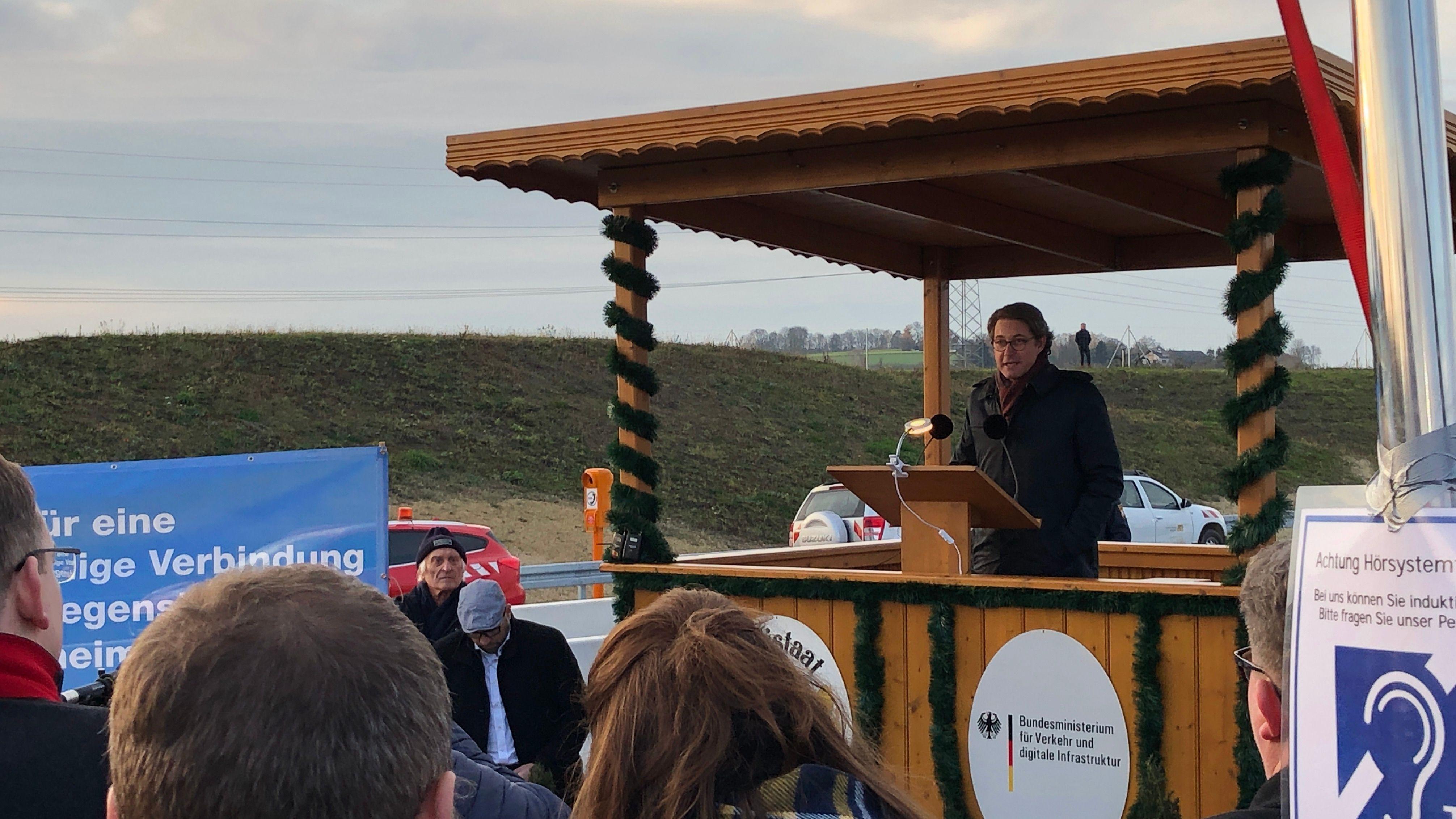 Bundesverkehrsminister Andreas Scheuer hat den letzten Bauabschnitt der B15-neu zwischen Ergoldsbach und Essenbach eröffnet.