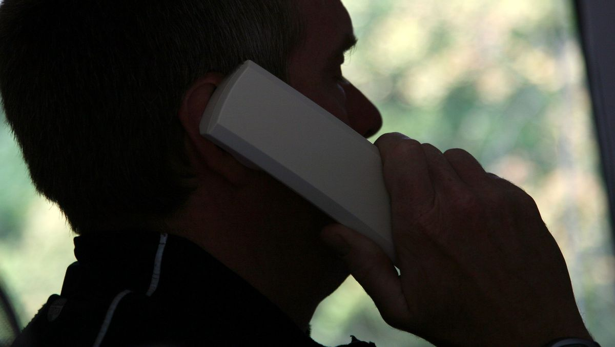 Ein Mann telefoniert (Symbolbild)