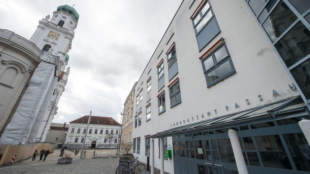 Das Landratsamt in Passau: Die Behörde prüft den Fall der Tierkadaver, die in Pocking gefunden worden sind.