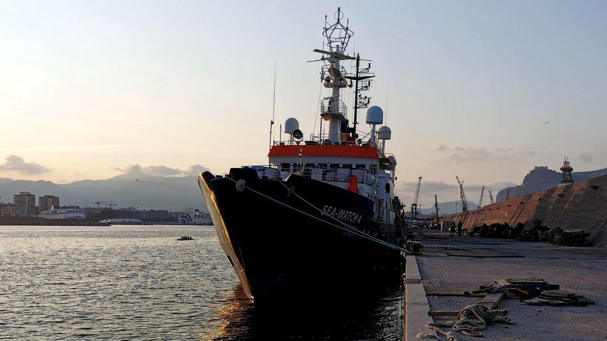 """Das Rettungsschiff """"Sea-Watch 4"""" im Hafen von Palermo."""