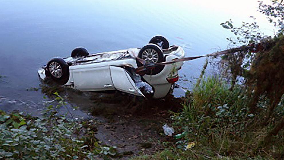 Das Auto einer 30-Jährigen landete nach einer Verwechslung von Gas und Bremse im Wasser