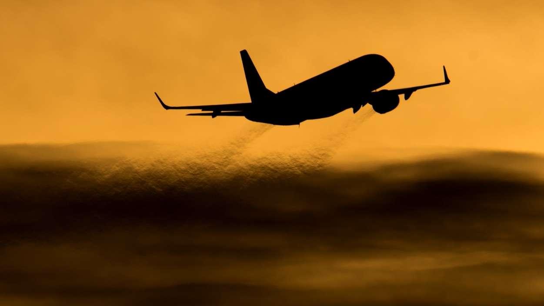 Startendes Flugzeug vor Abendhimmel