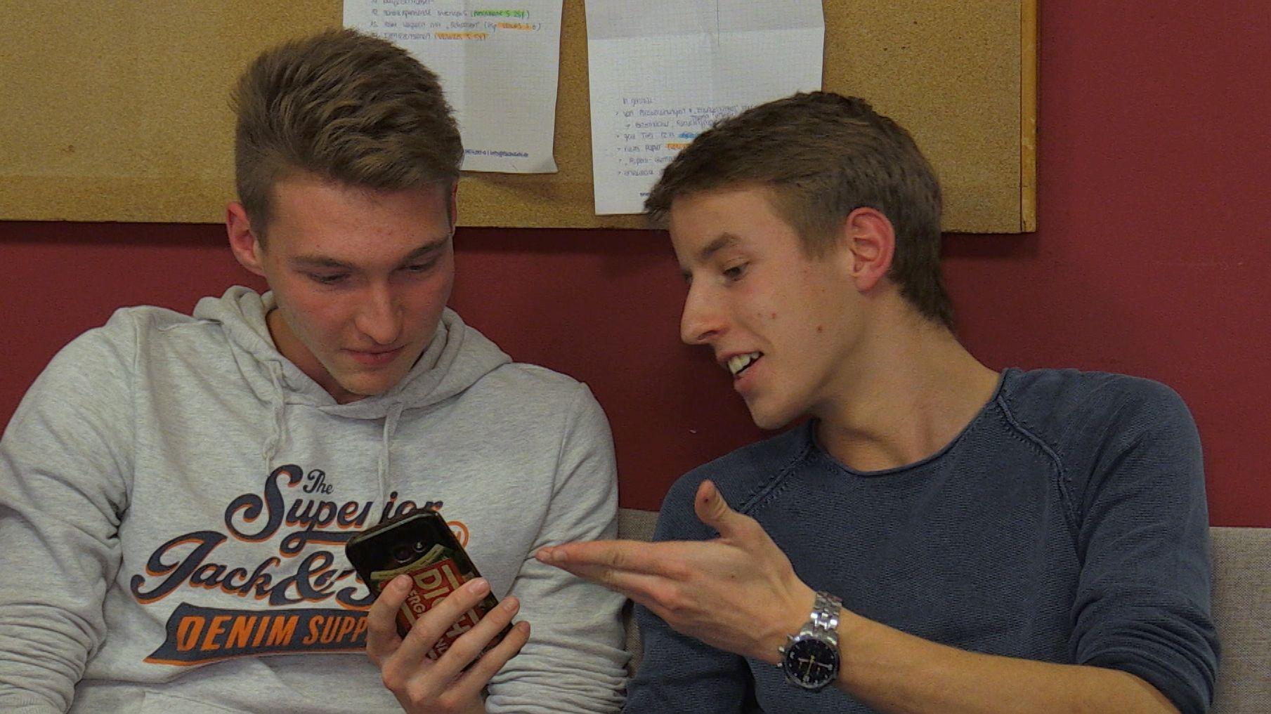 Junge Männer mit dem Smartphone in der Hand