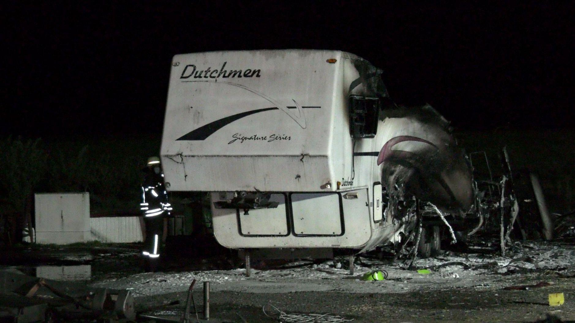 Völlig ausgebrannter Wohnwagen. Der Bewohner konnte sich rechtzeitig retten.