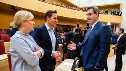Ministerpräsident Söder unterhält sich mit Katharina Schulze und Ludwig Hartmann | Bild:dpa-Bildfunk/Foto: Matthias Balk