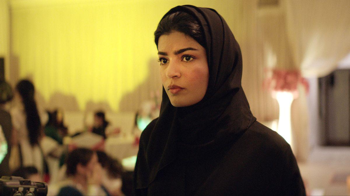 """Eine Frau mit Kopftuch blickt ernst an der Kamera vorbei: Szene aus """"Die perfekte Kandidatin"""""""