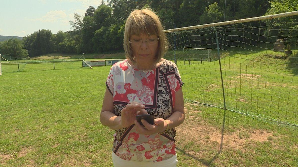 Bürgermeisterin Monika Wolf-Pleßmann auf der Suche nach Netz.