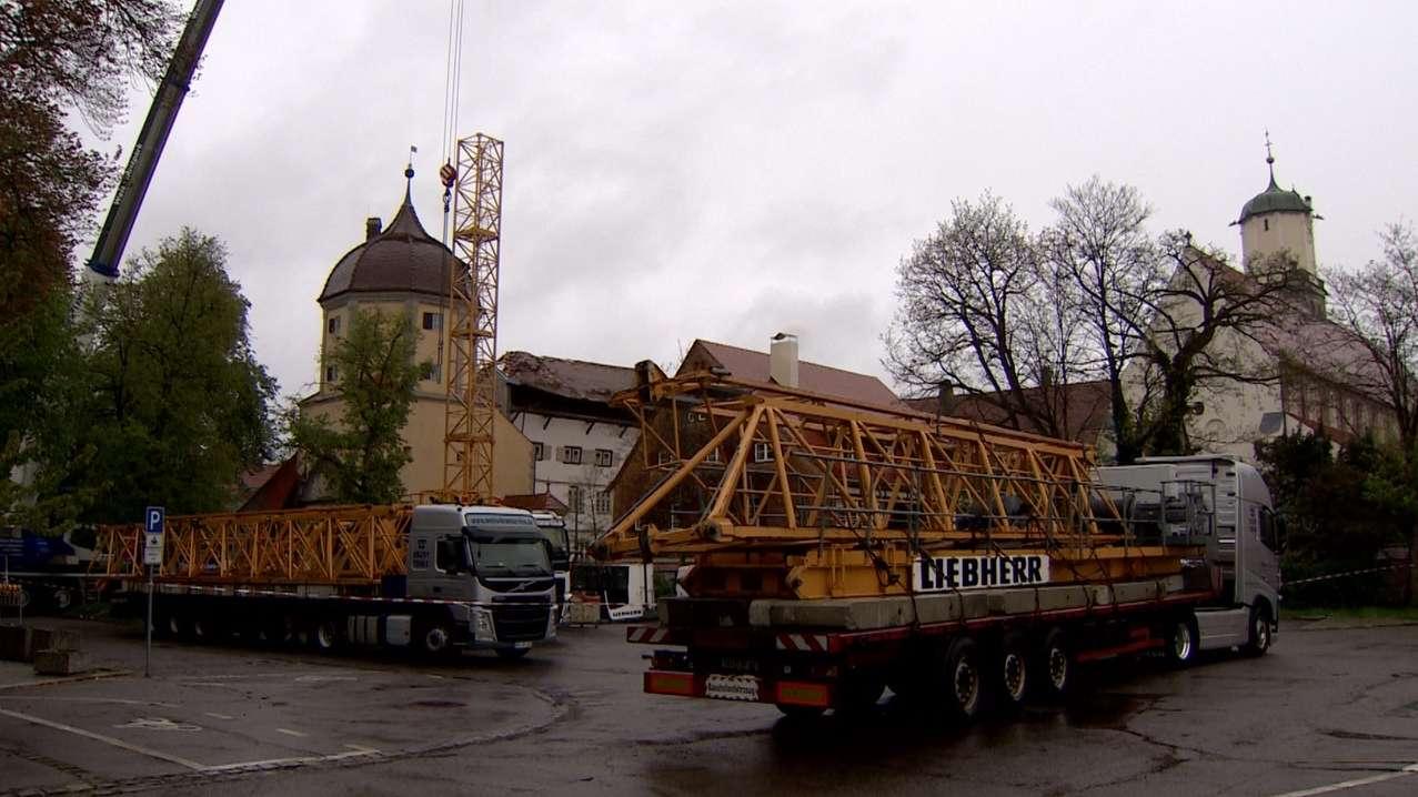 Kran vor dem einsturzgefährdeten Gebäude in Memmingen