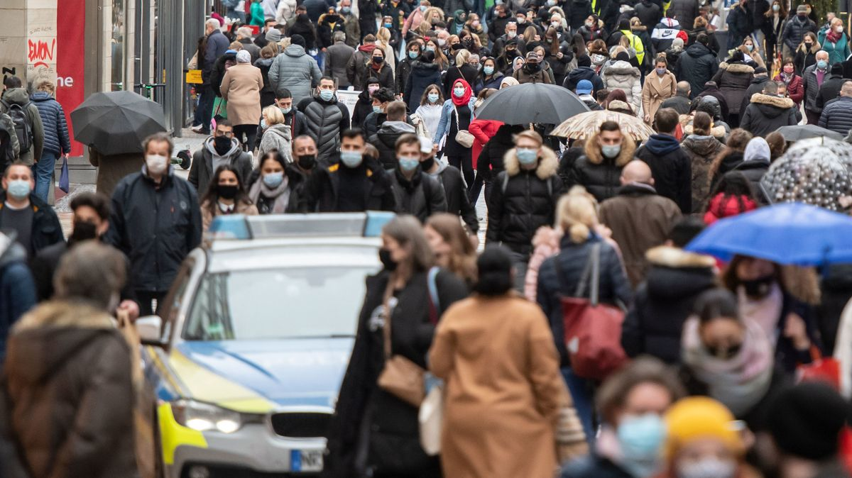 Menschenmenge in einer Einkaufsstraße in Dortmund im März 2020