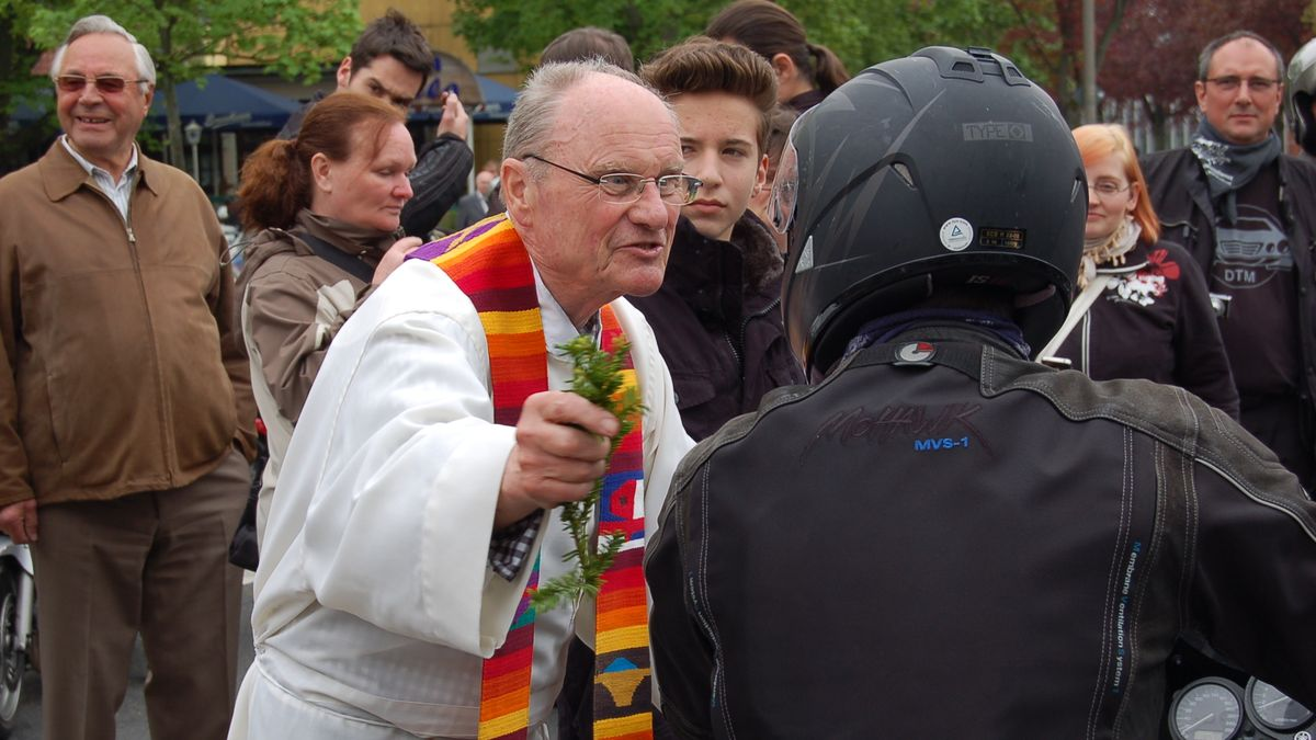 Mehrere Motorradfahrer bei einem Motorrad-Gottesdienst mit dem Schweinfurter Pfarrer Roland Breitenbach.