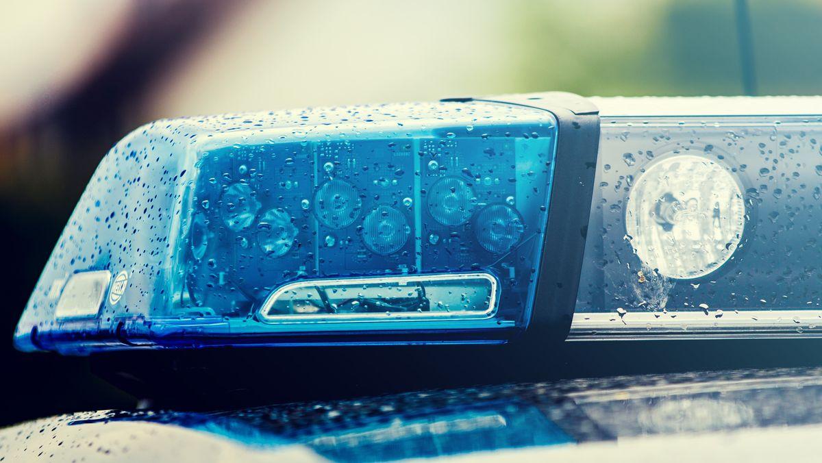Blaulicht auf einem Streifenwagen (Archivbild)