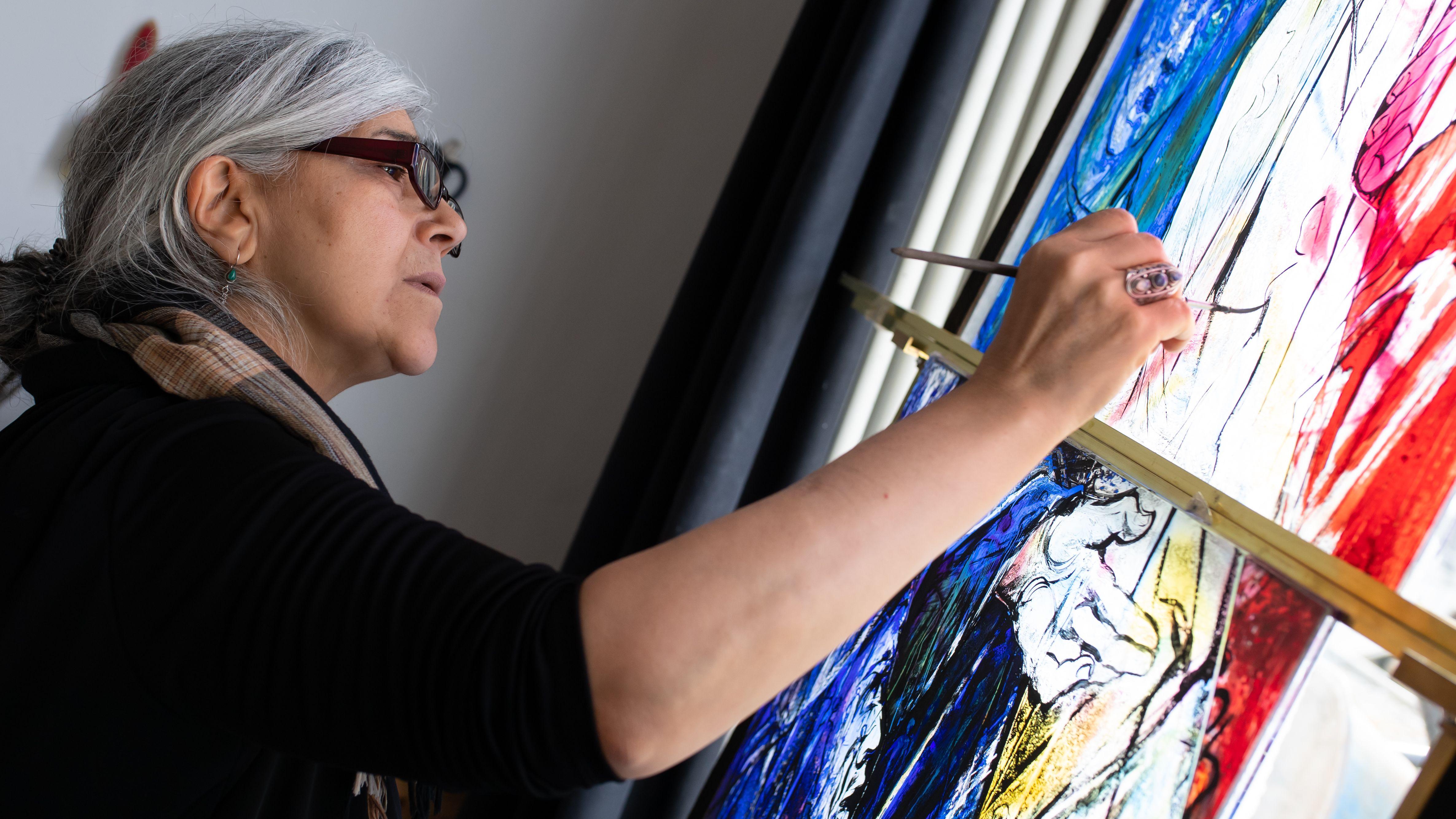 Mahbuba Maqsoodi, Künstlerin, arbeitet in der Bayerischen Hofglasmalerei Gustav van Treeck an einem Kirchenfenster für die Benediktiner-Abtei St. Mauritius in Tholey. In Zusammenarbeit mit renommierten Künstlern entstehen in der Hofglasmalerei Kunstwerke in moderner Glasmalerei, Glasskulpturen und exklusive Mosaike.