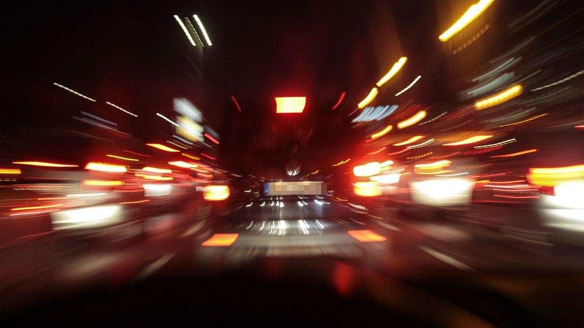 Auto rast durch Tunnel (Symbolbild)