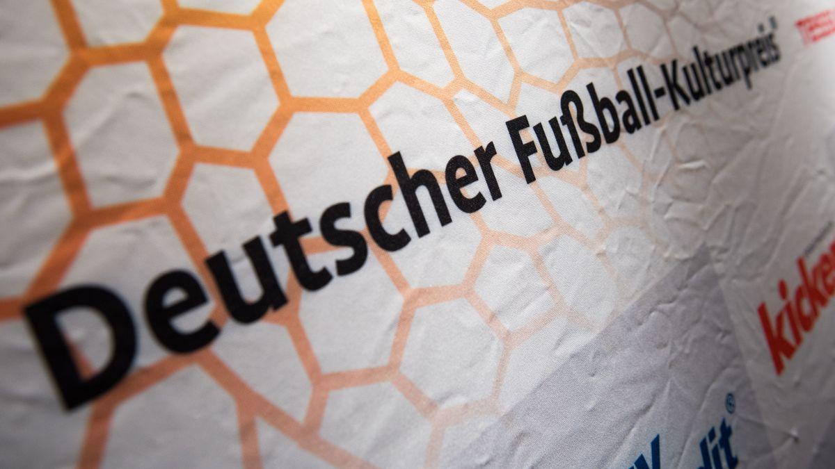 """Plakat mit Aufschrift """"Deutscher Fußball-Kulturpreis"""""""