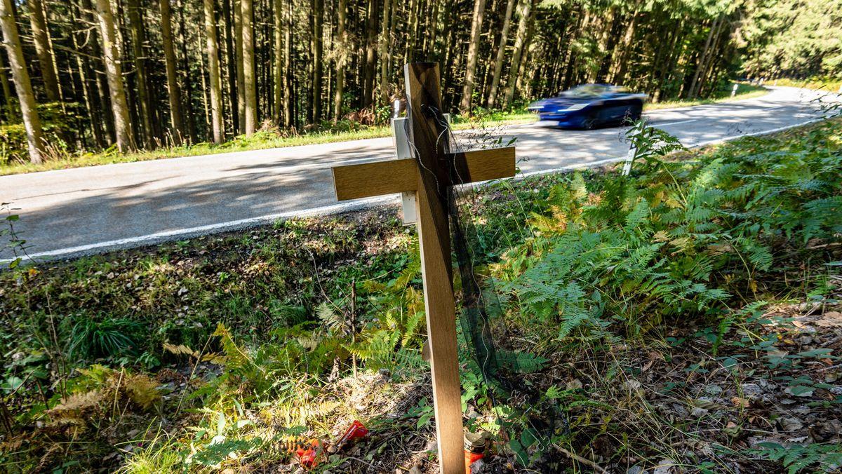 Holzkreuz an einer Unfallstelle