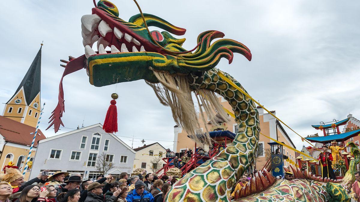 Eine Gruppe mit einem chinesischen Drachen in Dietfurt.