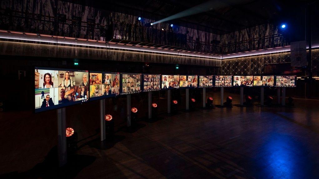 Politiker sind auf Bildschirmen im Festsaal auf dem Nockherberg zugeschaltet.