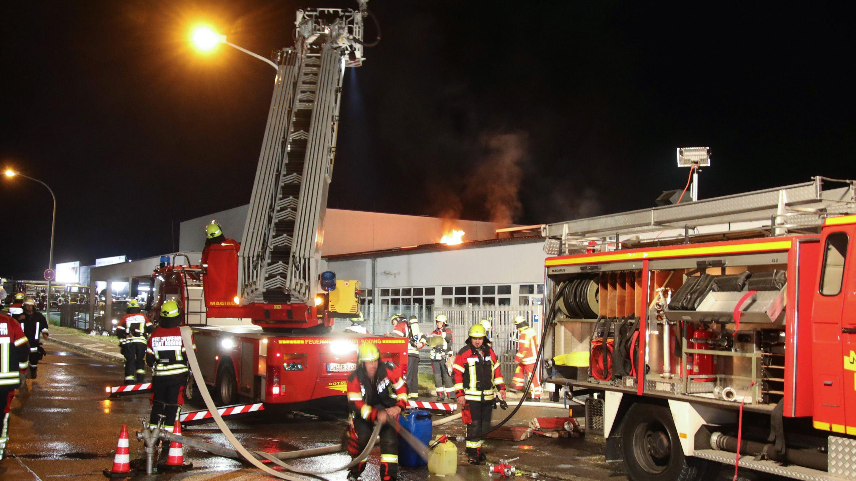 Die Feuerwehr bei Löscharbeiten in Roding