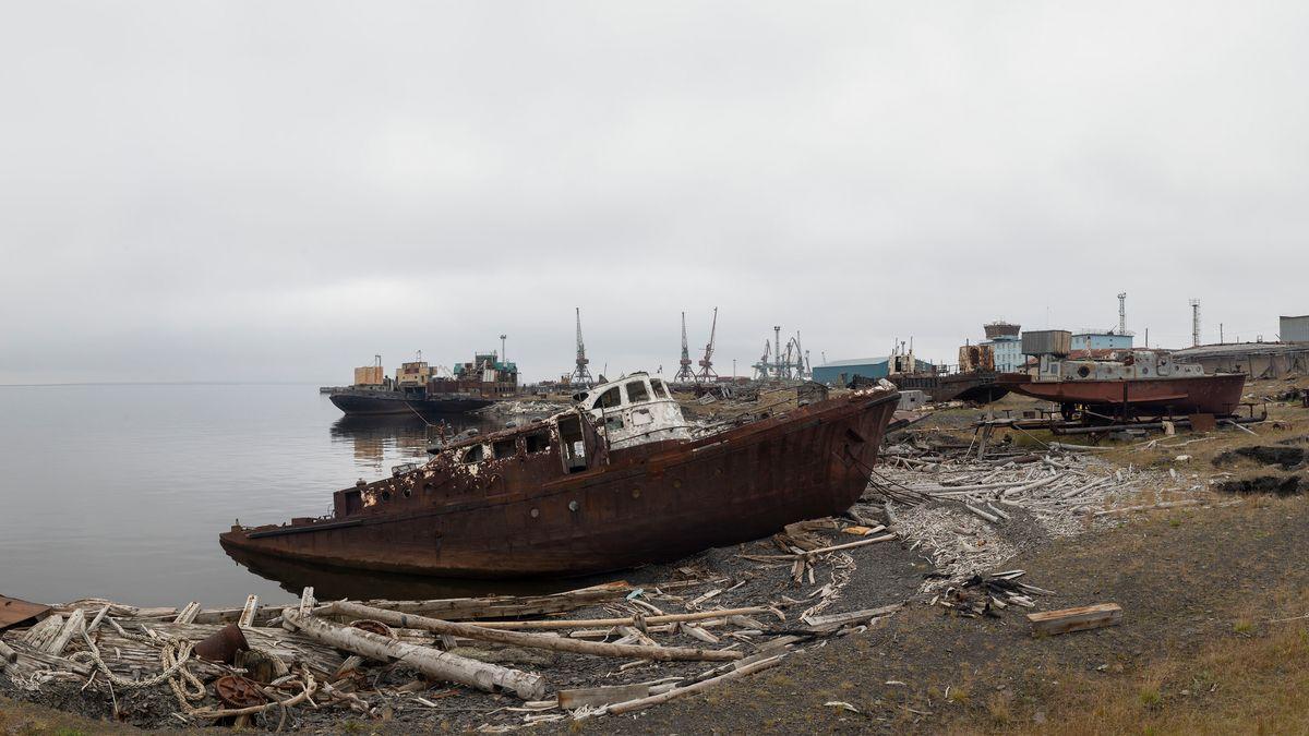 Verrostete Schiffe liegen im Hafen Tiksi
