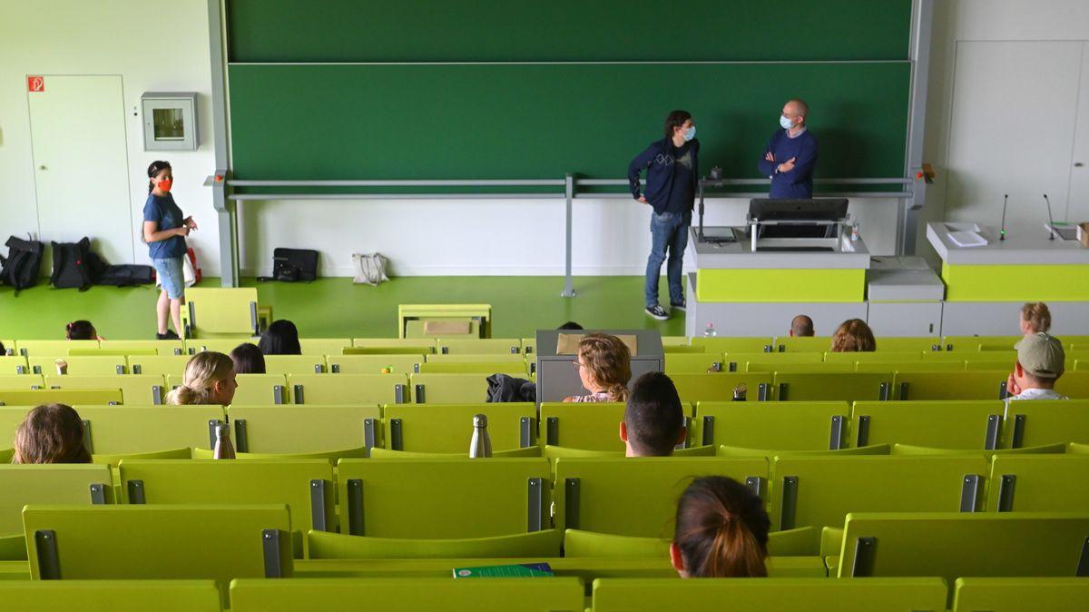 Studenten mit Mundschutz und Mindestabstand im Hörsaal (Symbolbild)