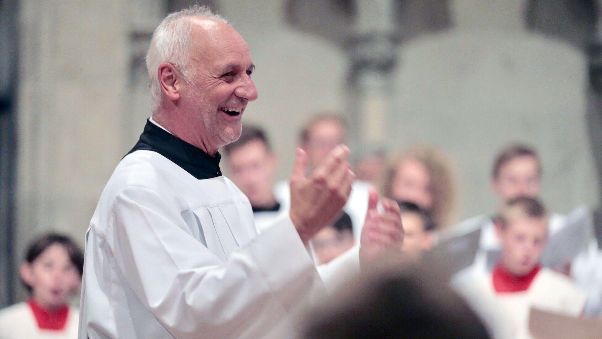Ein heiterer Roland Büchner hat am Mittwoch zum letzten Mal im Regensburger Dom am Dirigentenpult gestanden.