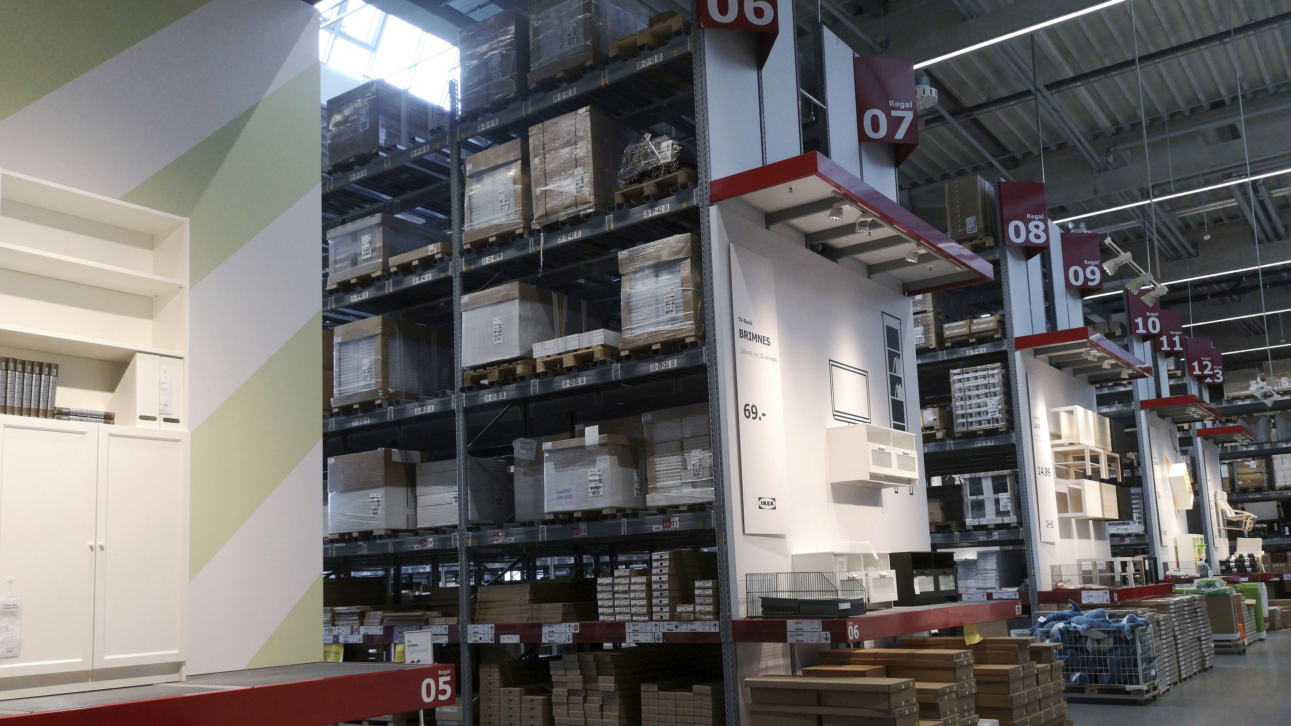 Regale im Lager einer Ikea-Filiale