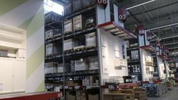 Regale im Lager einer Ikea-Filiale | Bild:picture alliance/Norbert Schmidt