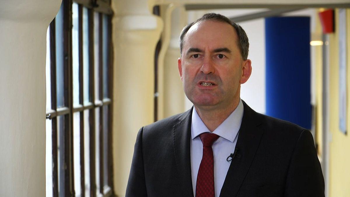 Der bayerische Wirtschaftsminister Hubert Aiwanger weist die Kritik am Kauf von Schutzmasken bei der Firma Zettl entschieden zurück.
