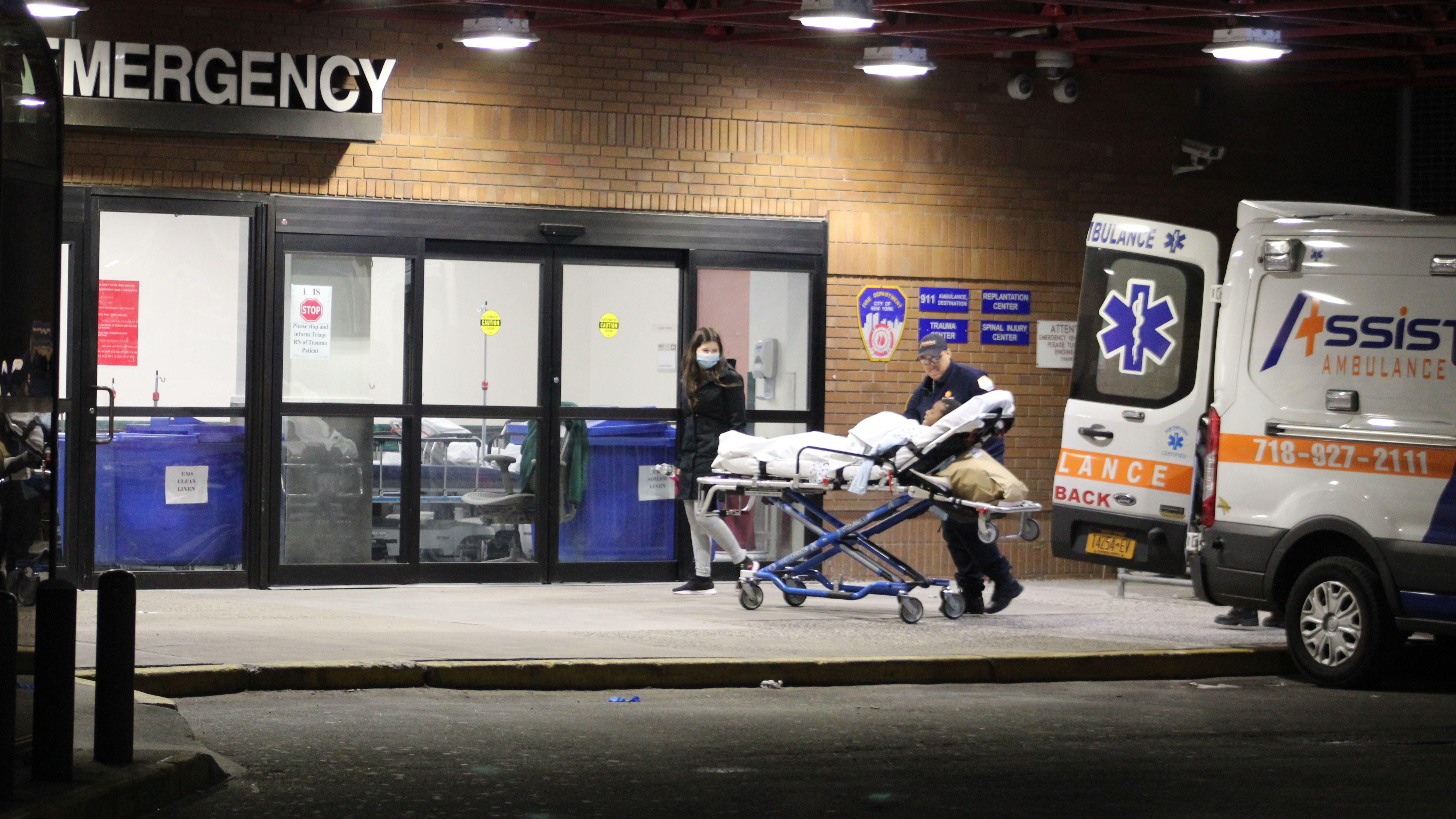 Ein Patient wird ins Bellevue Hospital in New York eingeliefert.