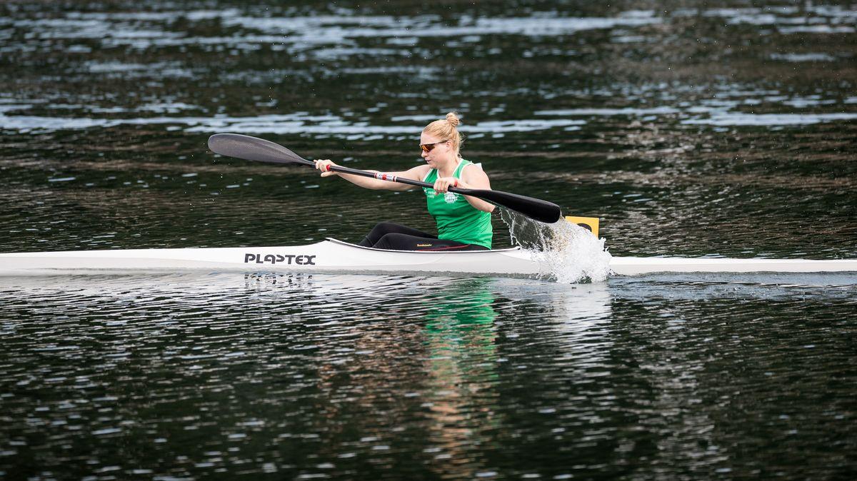 Melanie Gebhardt sitzt in einem Kanu.