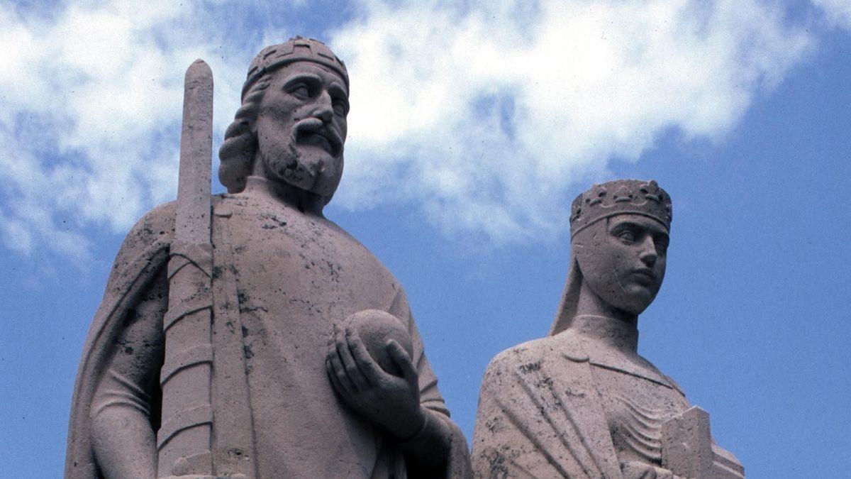 Zwei Steinfiguren zeigen Stephan I., König von Ungarn (997-1038) und seine Gemahlin Gisela, Königin von Ungarn.