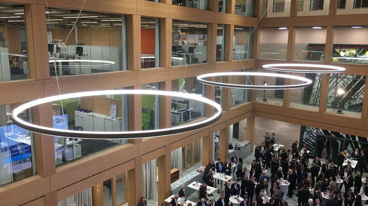 Leuchter in der Eingangshalle des neuen IHK-Gebäudes am Hauptmarkt