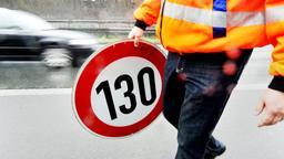 Mitarbeiter der Autobahnmeisterei trägt ein Verkehrsschild | Bild:dpa-Bildfunk / Marius Becker