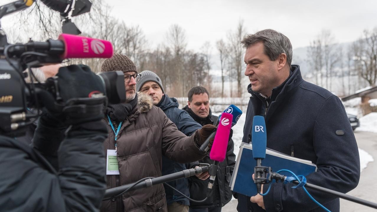 Bayern, Gmund: Markus Söder (CSU), Ministerpräsident von Bayern, unterhält sich zum Auftakt der Haushaltsklausur der Staatsregierung