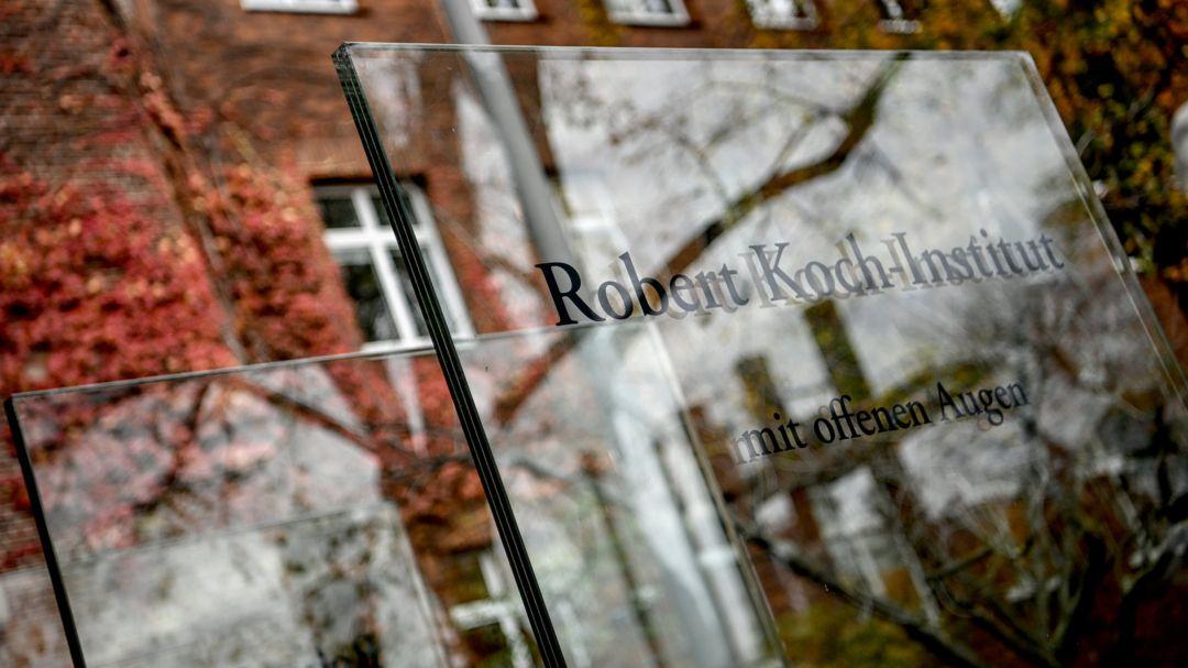 Schriftzug des Robert Koch-Instituts vor dem Hauptsitz der Bundesoberbehörde für Gesundheitspflege