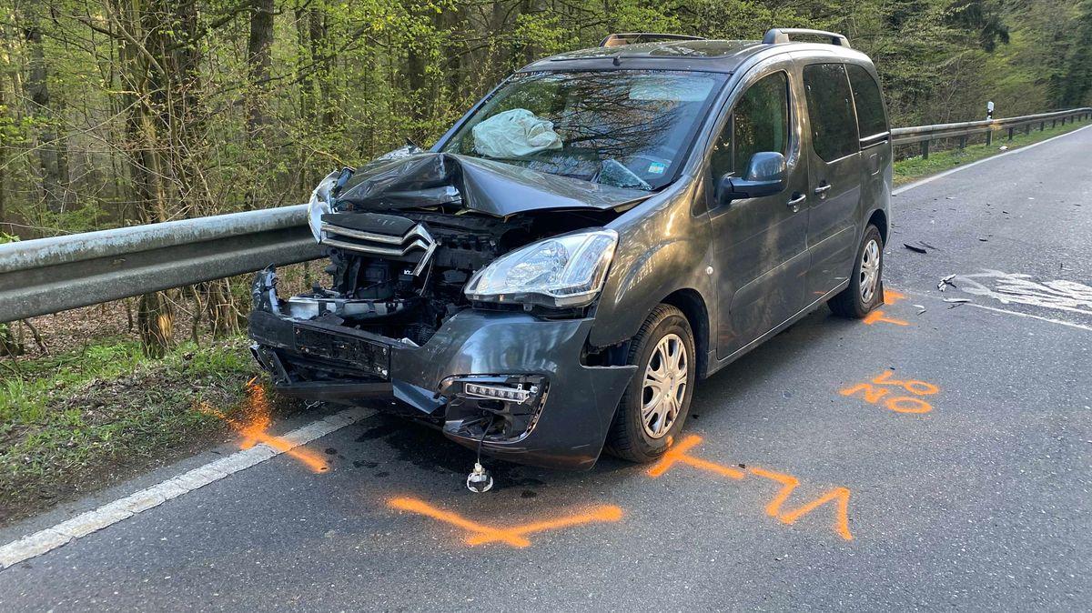 Ein Auto, dessen Front durch einen Unfall stark beschädigt wurde.