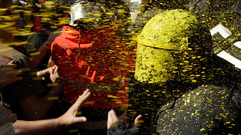 Separatisten bewerfen Polizisten mit Farbbeuteln