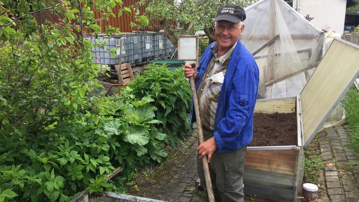 Im Garten fühlt er sich wohl - Hobbygärtner Friedrich Wolf.