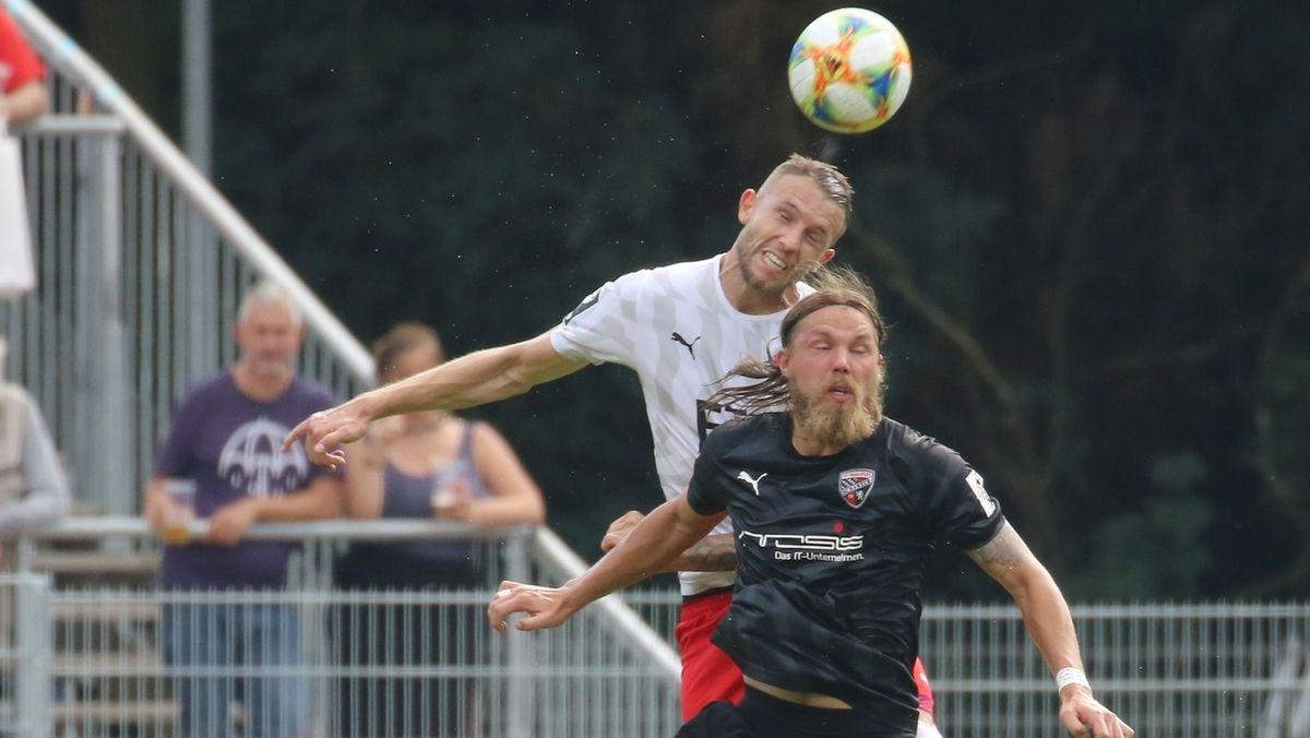 Fabian Holthaus (FC Viktoria Köln) und Björn Paulsen vom FC Ingolstadt