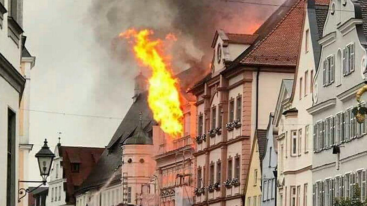 Flammen schlagen aus den Fenstern des Dillinger Rathauses.