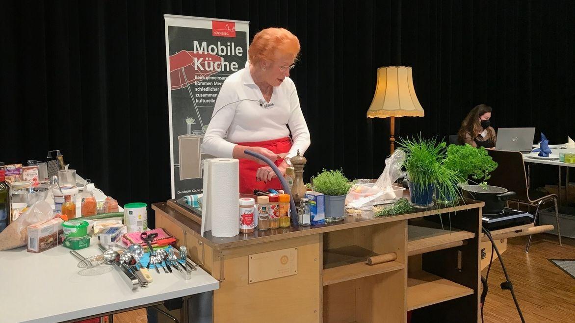 Gerda goes digital: Gerda Schirl kocht live im Netz für Senioren