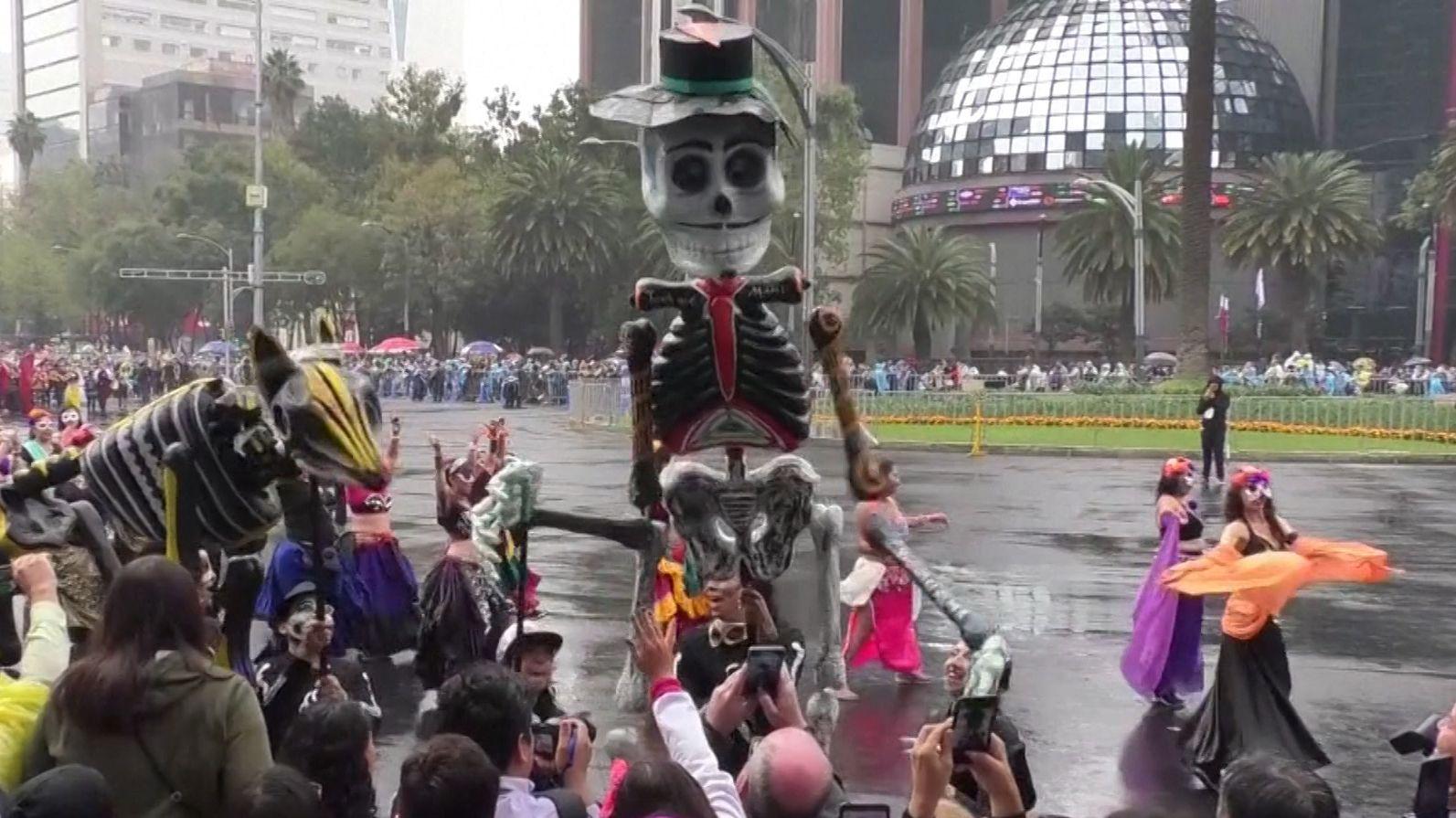 Tanzende Skelette und überlebensgroße Puppen in den Straßen Mexikos