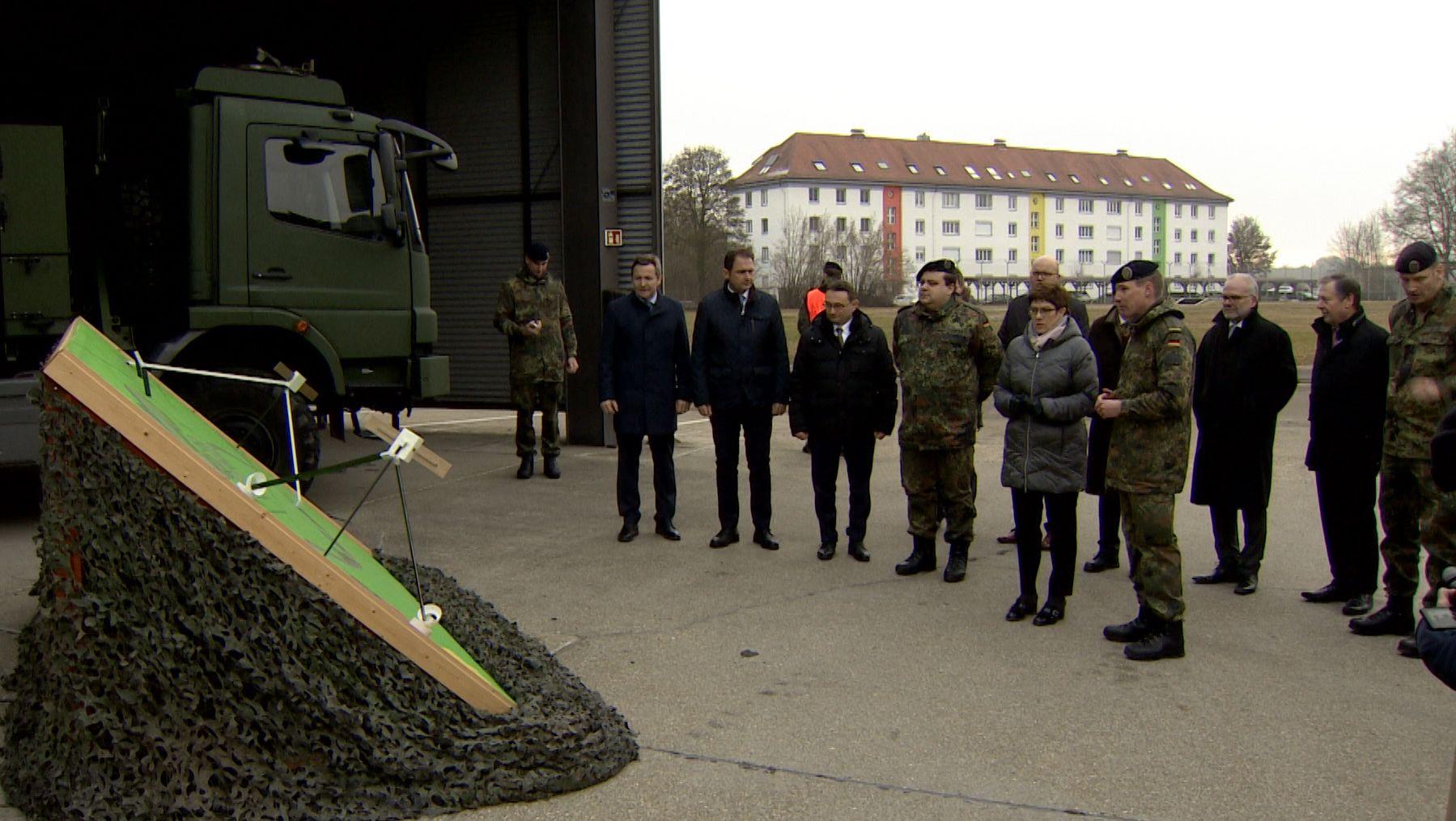 Verteidigungsministerin Annegret Kramp-Karrenbauer ließ sich in Dillingen die Kommunikationstechnologie der Bundeswehr zeigen.