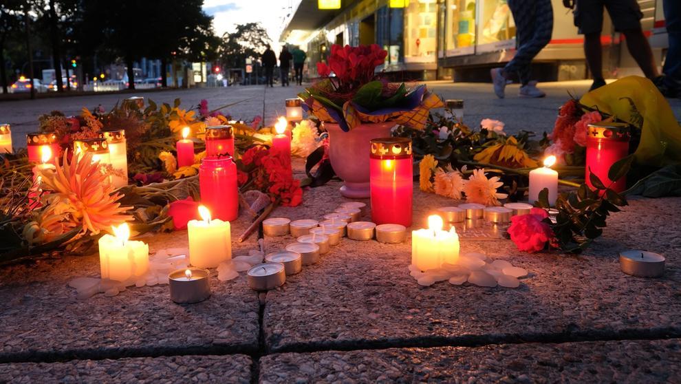 Kerzen und Blumen nach Tötungsdelikt in Chemnitz aufgestellt | Bild:dpa-Bildfunk/Sebastian Willnow