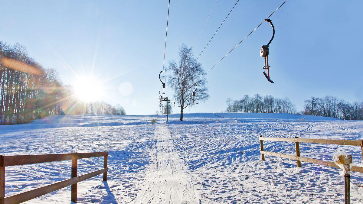 Schlepplift an einem verschneiten Hügel